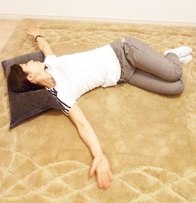 3分間!!綺麗な姿勢を保つエクササイズ「背骨の調整ブックオープニング」-02