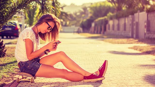 気づけばいつも片手に……スマートフォンの呪縛から自分を解放する6つの方法