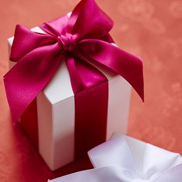 友達の結婚を祝福♪絶対喜ばれる贈りものは「モノ...