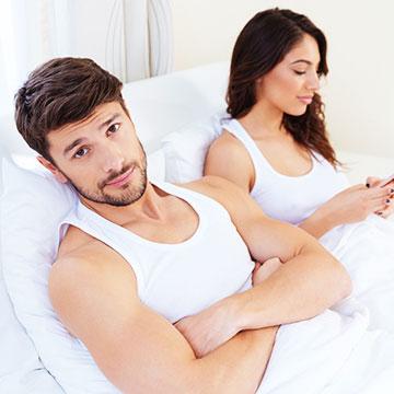 恋愛も省エネ!?男性が彼女と「する」より「ひとりで」を選ぶ4つの理由